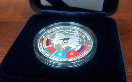 На переднем плане лицевой стороны представлен герб Кыргызстана на рельефном  фоне земного шара, являющегося объединяющим элементом дизайна монеты. 69feb55a244